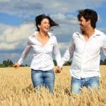 glücklcihe junge Menschen sind gesund und geniessen das Laufen