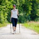 Frau beim Nordic Walking