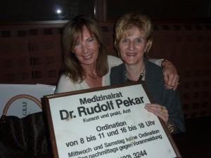 Martina Kondritz (li) bekommt von der Tochter von Dr. Pekar (re) dessen Arztschild als Geschenk überreicht.