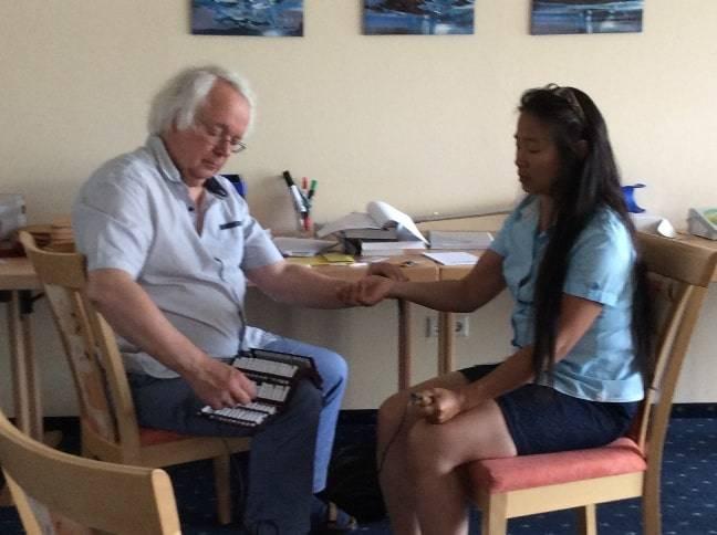 Thomas Techau mit Lenna Retzek, demonstriert eine Arzneiwahl mit RAC