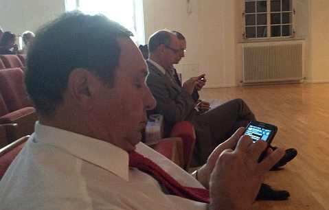 Prof. Dr. Wolfgang Köstler beim Trend-Forum 2014 in typischer Multitasking-Haltung